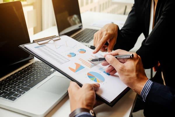 ISO 14001 / imagem: Reunião para mostrar relatório de resultados